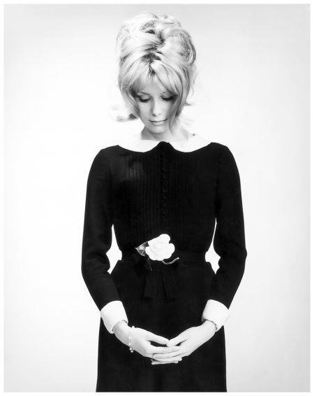 Catherine Deneuve  1960 sonlarının Fransız lolitası Catherine Deneuve, LBD'yi en seksi şekilde üzerinde taşıyan bir efsaneydi. İkisi de birbirini efsaneleştirdi diyebiliriz.
