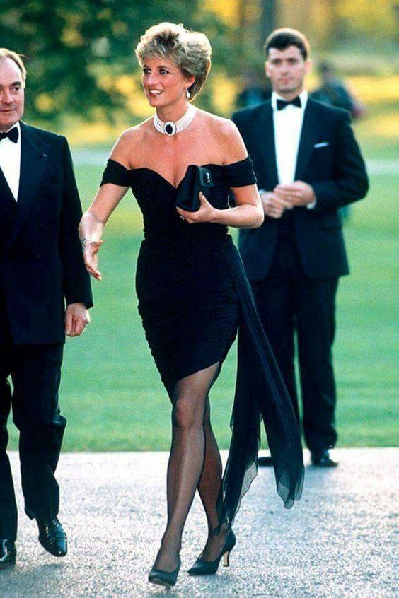 Prenses Diana  Prenses Diana LBD'nin gücünü en iyi kullanan kadın olarak tarihe geçti. Koca bir kraliyetin kendisiyle uğraştığı sırada ilk kamusal fotoğrafını küçük siyah bir elbiseyle vererek vahşi karizmasını tüm dünyaya gösterdi.