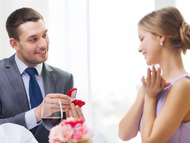 Nişanlandıktan sonra gelin ve damat adayı bir sonraki adım olan düğün üzerine plan yapmayı düşlüyor olabilirsiniz. Ancak öncelikle nişan haberini verdiğiniz insanların anlamsız sorularına cevaplar hazırlamak zorundasınız. Eğer bu aşamayı akıl sağlığınızı koruyup geçebilirseniz düğüne hazırlanmaya başlayabilirsiniz.  Kaynak Fotoğraflar: Pixabay