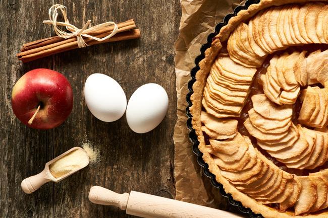 ELMALI TART  İçindekiler:  •2 yumurta   •1 fincan pudra şekeri   •100 gr katı yağ   •50 gr tereyağı   •8 fincan un   •3 yemek kaşığı süt   •1 tatlı kaşığı limon rendesi   Elma harcı malzemeleri:  •5 adet elma   •1 çay kaşığı tarçın   •1 çay kaşığı karanfil tozu   •3 yemek kaşığı esmer şeker   Tarif:  •Elma harcını hazırlamak için 5 adet elmayı rendeleyin, tarçın, karanfil tozu ve esmer şekeri ekleyip 6–7 dakika pişirin ve soğumaya bırakın.  •Daha sonra hamuru hazır haline getirin.  •Ortadan iki eşit parçaya bölüp buzdolabında 15 dakika dinlendirin.  •Tart kalıbının altına hamurun yarısını yayıp üzerine elmalarla hazırladığınız harcı yerleştirin.  •Kalan hamuru da biraz ince açıp üstünü kaplayın, şeritler halinde keserek döşeyebilirsiniz.  •Hamurun ortasına yuvarlak bir delik açın ki patlamadan pişsin.175 derecede 40–45 dakika kadar pişirin. • Kaynak: Hürriyet Aile