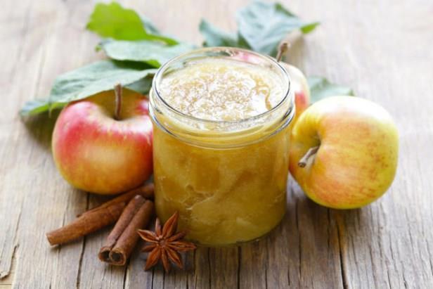 DİYET ELMA MARMELADI  İçindekiler  •7 adet tatlı elma   •1,5 su bardağı su   •2 adet karanfil   •1 çay kaşığı tarçın   Tarif:  •Elmaların kabuklarını soyun ve dilimleyin.  •Su ile birlikte dilimlenmiş elmaları bir kaba alın.  •Üzerine karanfilleri ekleyin ve elmalar yumuşayana kadar 10 dakika kadar pişirin.  •Pişmesine yakın, elmaları çatalla ezip püre haline getirin.  •Sonra ocaktan alıp tarçını ekleyin ve karıştırın.  •Soğuduktan sonra kavanoza koyun.  Kaynak: Hürriyet Aile