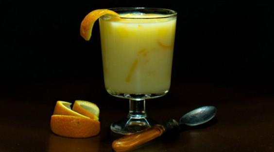 PORTAKALLI MUHALLEBİ  İçindekiler:   •1 su bardağı portakal suyu  •3 su bardağı süt  •1-1,5 su bardağı toz şeker  •4 çorba kaşığı mısır nişastası  •2 portakal kabuğu rendesi (portakalın beyaz kısmını almadan)  •1 paket vanilya  •Minik minik doğranmış 1 adet portakal (kabukları ve beyaz kısmı alınmış)  Tarif:  •Portakal suyunu ve 2 su bardağı sütü tencereye koyup üzerine toz şekeri ilave edelim.  •Toz şeker miktarı damak tadınıza göre değişebilir isterseniz önce bir su bardağı koyun daha sonra tadına bakarsınız ve az gelirse biraz daha ilave edebilirsiniz.  •Yavaş yavaş karıştırarak ocakta şeker eriyene kadar ısıtın.  •Diğer tarafta nişasta ve kalan sütü bir kase içerisinde iyice karıştırın.  •Şeker eriyip sütümüz kaynama noktasına gelince yavaş yavaş devamlı karıştırarak nişastayı ve portakal kabuklarını ilave edin.  •Kaynamaya başlayınca ocağı kısın ve devamlı karıştırarak 2 dakika kadar pişirmeye devam edin.  •En son vanilya ve portakal tanelerini ekleyip ocaktan alın.  •İlk sıcaklığı çıktıktan sonra kaselere paylaştırın ve soğuduktan sonra servis edin.  Tarif: Sibel Yalçın