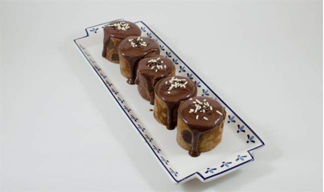 """KAKAOLU MUZLU RULO KREP  İçindekiler:  •2 adet yumurta  •1 dolu çorba kaşığı kakao  •1 su bardağı süt  •¾ su bardağı un  •Yarım su bardağı toz şeker  •1 paket vanilya  •Muz  •Hazır çikolata sosu ve paketin üzerinde yazan miktarda süt  Tarif:  •Şeker ve yumurta iyice çırpılır.  •Üzerine kakao, un, vanilya ve yavaş yavaş un eklenerek iyice çırpılır.  •Daha sonra bu karışım 15 dakika kadar bekletilir.  •Siz bu esnada üzerindeki tarife göre çikolata sosunuzu hazırlayın.  •Krep tavası çok az yağlanır üzerine bir dolu kepçe hamur dökülüp tava daire şeklinde çevrilerek karışımın bütün tavaya yayılması sağlanır.  •İki yüzü pişen krep düz bir tabağa alınır muz tam uç kısmına konur ve rulo şeklinde sarılır.  •Yaklaşık iki parmak kalınlığında keskin bir bıçakla kesildikten sonra ister yan olarak ister dik olarak servis tabağına alın.  •Üzerine çikolata sosu dökerek servis edebilirsiniz.  Tarif: Sibel Yalçın  <a href=  http://mahmure.hurriyet.com.tr/foto/yasam/patatesle-yapilabilecek-10-enfes-tarif_40551/  style=""""color:red; font:bold 11pt arial; text-decoration:none;""""  target=""""_blank"""">  Patatesle Yapılabilecek 10 Enfes Tarif"""