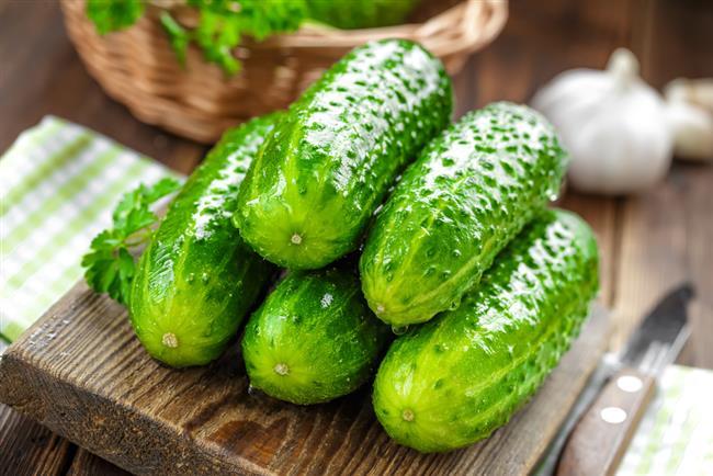 Salatalık  Salatalığın cilde rahatlatıcı etkisi olduğu bilmeyen yoktur. Sivilceler için de kullanabilirsiniz. Yöntem şöyle: Salatalığı güzelce rendeleyin, iki kaşık limon suyu ile karıştırarak sivilcenizin üzerine sürün ve 15 dakika sonra bol su ile yıkayın.