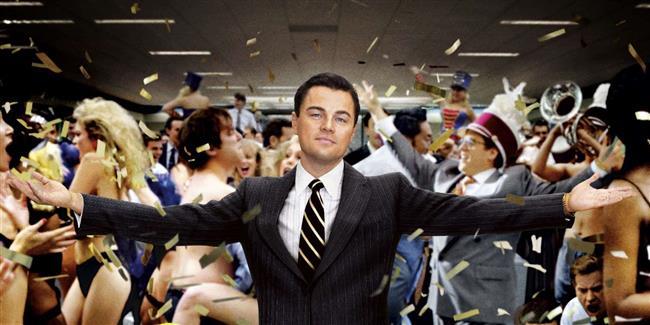 Para Avcısı (The Wolf of Wall Street – 2013) )  Zengin olmalı her filmde oynamış Leonardo DiCaprio bu filmde de karşımızda. Ancak bu defa yönetmen koltuğundan başka bir deha olan Martin Scorsese oturuyor. Amerikan Borsası'nın efsane isimlerinden biri olan Jordan Belfort'un yaşam hikayesinden esinlenen filmde, bir borsacının yatırımcılarının paralarını biraz iç ederek nasıl zengin olduğunu anlatıyor. Bu kısmı örnek alınmasa da zengin olduktan sonra para nasıl ezilir, bunu görmek için izleyebilirsiniz.
