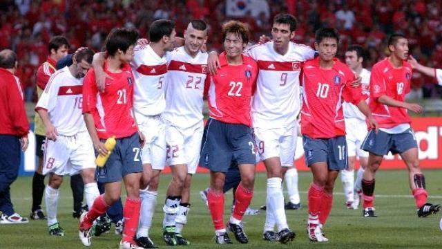 6-2002 Dünya Kupası Üçüncülüğü   Daha Uefa Kupası'nı hazmedemeden, Japonya ve Güney Kore'nin ortak düzenlediği şampiyonada Brezilya'ya yenilerek final oynama şansını kaçırdık. Oyuncularımızın ülkeye dönüşlerinde Taksim Meydanı tarihi bir gün yaşadı ve yüzbinler yeri göğü inletti. İlhan Mansız'ın samuray saçları, Rüştü Reçber'in göz altı boyası, Ümit Davala'nın Mohawk saçları, Şenol Güneş'in takım elbisesi gibi bir çok konu turnuva boyunca memleketin gündeminde kaldı.