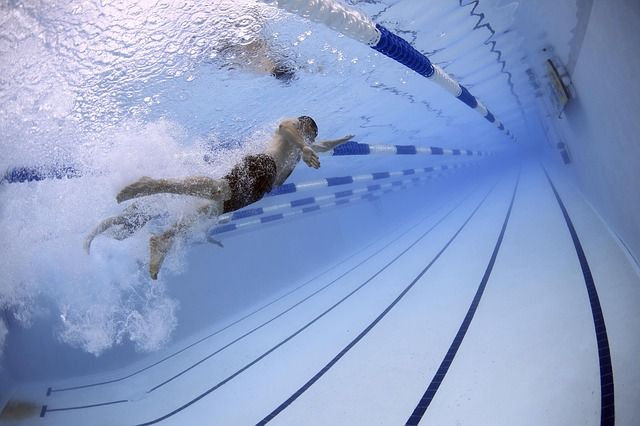 Üzgün müsünüz; yüzmeyi deneyin  Bedeninizi sakinleştirici, mavi bir havuza sokun ve her kulaçta ruh halinizi kendinizden uzaklaştırın. Yüzme, kendi temponuzda ilerlediğinizde ve kendi ritminizi hissettiğinizde, size hem zihinsel hem de fiziksel olarak kendi alanınızda çalışma imkânı verir. Ayrıca düşük etkili kardiyo egzersizinin en iyi halidir ve eklemlerinize nazik davranarak kalp atış hızınızı arttırır. Su, size aynı anda serinletici ve rahatlatıcı bir his verir; hatta bazı uzmanlar düzenli olarak yüzmenin depresyon belirtilerini ortadan kaldırabilecek kadar güçlü olduğunu iddia ediyorlar!