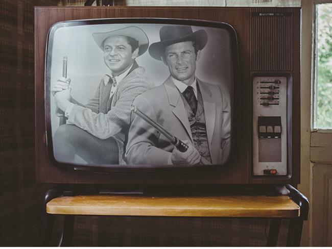 1926'da John Baird'in televizyonu icat edip ve geliştirmesi sürecini tamamladıktan sonra 1930 yılında satın alınabilecek bir eşya haline dönüştü. Önceleri birkaç evde bulunan, özel eşya konumundaki icat, yavaş yavaş herkesin evine girmeye başladı. Bu icadın Türkiye'de kabullenilmesi ise kolay olmadı. Televizyondakilerin de kendilerini izlemesinden çekinildi ve hatta şeytan kutusu olarak isimlendirildi. Ancak kısa sürede bu icat Türk ailelerin evlerinde de yerini almaya başlayıp hızla yaygınlaştı. İşte ülkemizde televizyon tarihinin ilkleri.  Kaynak Fotoğraflar: Pinterest
