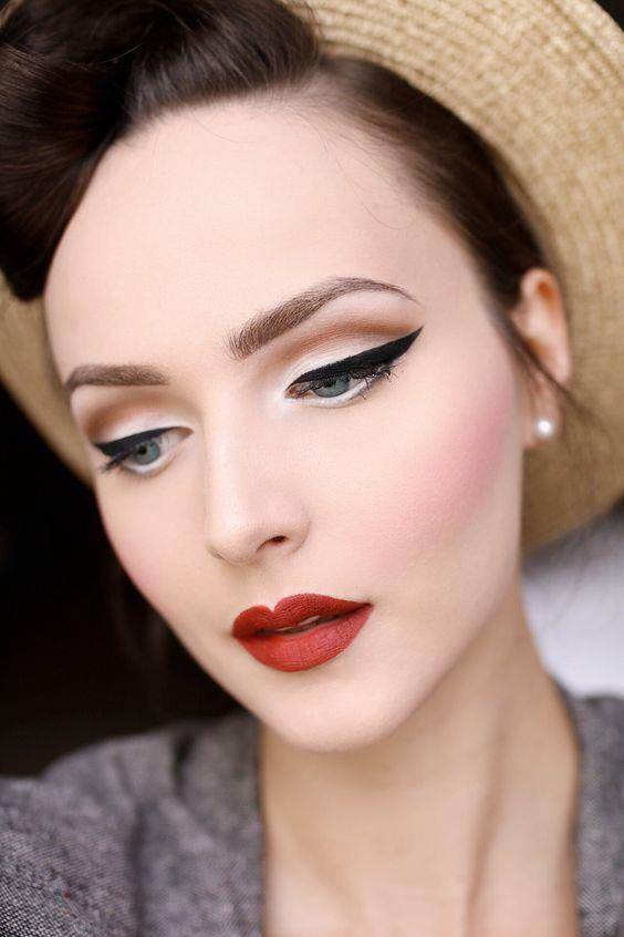 1940'lar  Masum makyajların yerine daha vamp makyajların tercih edildiği yıllar 1940'lardır. Beyaz ten hala önemlidir ancak yüz hatlarını allık ile belirginleştirmek moda olur. Gözlere de daha keskin çizgilerin olduğu kedi gözü eyeliner yani kuyruklu eyeliner çekilirken, farlarda renksiz ya da toprak tonları sürülür ve bol maskara kullanılır. Dudaklarda kırmızı ya da koyu, göze çarpan renkler tercih edilir.