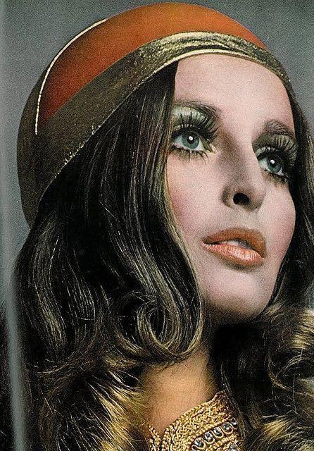 1970'ler  Bronzluğun moda olduğu 70'lerde, ciltte doğal görünüm önem kazanmış, gözlerde pastel tonlarda doğal görünüm sağlarken, kuyruklu ve abartılı eyeliner'lar makyaja hareket katar. Dudaklarda da doğal görünmek önem kazanır, daha çok parlatıcılar tercih edilir. Allıklar da ise abartılmadan şeftali tonları kullanılır.