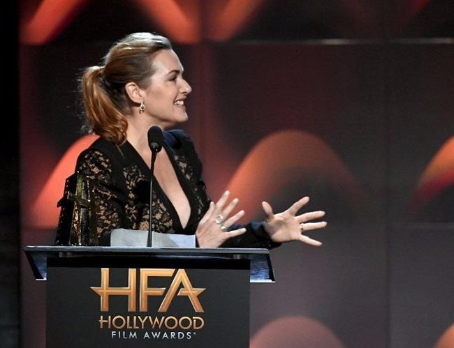 """Oscar, Grammy ve Altın Küre sahibi başarılı oyuncu Kate Winslet, 27 Aralık'ta vizyona girecek Wonder Wheel filmindeki performansıyla gecede Hollywood Aktrist Ödülü'nün sahibi oldu.  <a href=  http://mahmure.hurriyet.com.tr/foto/magazin/unlu-sinema-yildizlarinin-ilginc-dini-tercihleri_42772 style=""""color:red; font:bold 11pt arial; text-decoration:none;""""  target=""""_blank"""">  Ünlü Sinema Yıldızlarının İlginç Dini Tercihleri"""