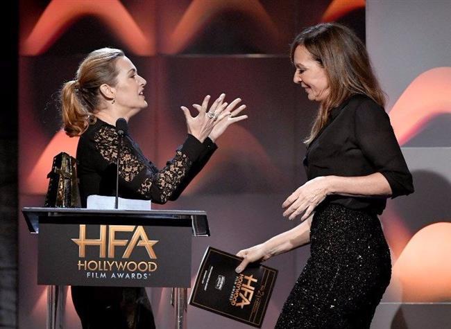 Oyuncu, sahneden ineceği sırada, sahneye ödülünü alması için ABD'li oyuncu Allison Janney (57) davet edildi.