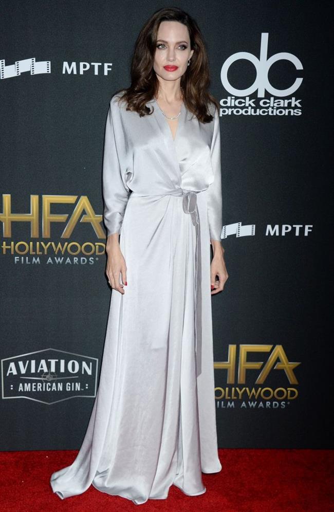 İşte geceye katılan bazı ünlüler...   Angelina Jolie