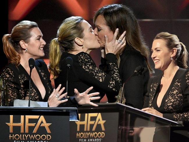 Kate Winslet, ödül aldığı Hollywood Film Ödülleri gecesinde oyuncu Allison Janney'in dudaklarına yapışarak geceye damgasını vurdu.  Kaynak Fotoğraflar: Pinterest