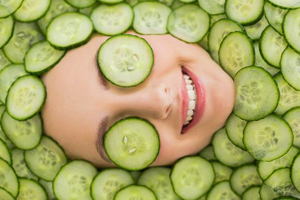 """Salatalık suyu  Tüm bakım görsellerinde karşılaştığımız gözlere koyulmuş salatalık dilimleri boşuna orada durmuyor. Salatalık mükemmel bir doğal şifadır. Gözlerinize 3-4 gün bile üst üste uyguladığınızda gözlerinizdeki farkı hemen hissedersiniz.  <a href=  http://mahmure.hurriyet.com.tr/foto/saglik/besinlerdeki-vitamin-kayiplarini-engelleme-yollari_42600/  style=""""color:red; font:bold 11pt arial; text-decoration:none;""""  target=""""_blank"""">  Besinlerdeki Vitamin Kayıplarını Engelleme Yolları"""