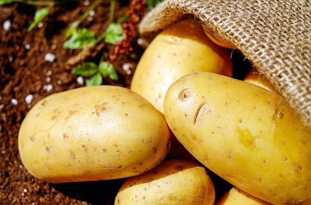 Çiğ patates  Patatesi çiğ haldeyken dilimleyip göz kapaklarınıza koyduğunuzda hem gözlerinizdeki şişliği alır hem de göz çevresindeki kararmayı engeller. Aynı şekilde çiğ patatesi presten geçirerek suyuyla da göz altlarına kompres yapabilirsiniz.
