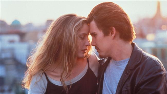 """Before Sunrise - Gün Doğmadan  (1995)   Yönetmenliğini Richard Linklater'ın yaptığı Before Sunrise en tatlı aşk fimlerinden biridir. Bitmeyen diyalogları ve hiç sıkılmadan izleyeceğiniz bu çiftin hikayesi bir Avrupa seyahati sırasında trende tanışıp, Viyana'da inip birlikte bir gün yaşama kararı almalarıyla başlar. İlginç karakterleri Viyana sokaklarını daha da ilginç bir hale getirir. Tabii aşklarını da…  <a href=  http://mahmure.hurriyet.com.tr/foto/magazin/son-10-yilin-en-iyi-10-filmi_42768  style=""""color:red; font:bold 11pt arial; text-decoration:none;""""  target=""""_blank"""">  Son 10 Yılın En İyi 10 Filmi"""
