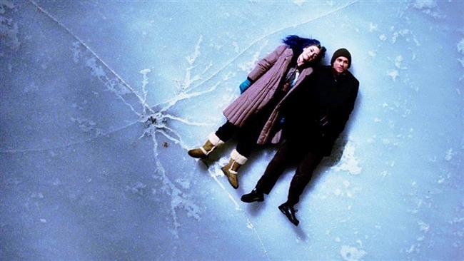 Eternal Sunshine of the Spotless Mind - Sil Baştan (2004)   Romantik komedileri fazla sulu buluyorsanız size Michel Gondry imzalı hem komik hem dramatik Sil Baştan'ı öneriyoruz. İki sevgili Clementine ve Joel'in inanılmaz güzellikteki ilişkileri günün birinde biter ve Clementine ilişkilerinin anılarını bir klinikte sildirir. Bunun üzerine Joel de aynısını yaptırmaya karar verir ama o sırada arkadan 'Kolay mı unutmak bir an da seniiii' diyen Hakan Peker'in sesi duyulur. Şaka bir yana dünyanın en iyi aşk filmlerinden biridir, sevgilinizle izlediğinizde romantik bakışmalar yaşatır.