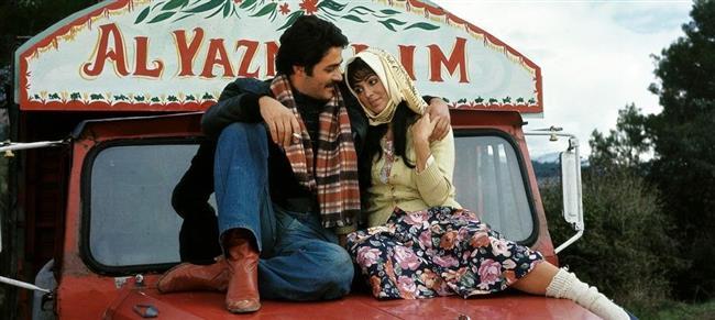 Selvi Boylum Al Yazmalım (1978)   Dünya sinemasından örnek verirken bizim en büyük aşk filmimizi de unutmayalım. Mutlaka izlemişsinizdir ama sevgiliyle milyon kere izleyip, o repliklerin sıcaklığını milyon kere daha hissedebilirsiniz. Sevgi neydi?