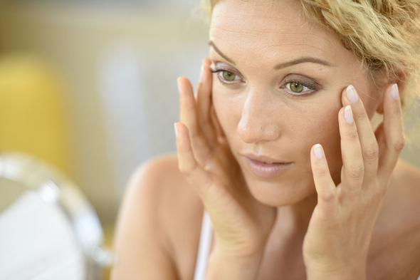 """Cildiniz hassaslaşır  Ciltte aşırı yağlanma, sivilcelenme, kuruma ve hatta egzama gibi problemlerin kökeninde şekerli gıdalar yatıyor olabilir. Şeker vücudunuzda insülin artışına neden olarak pankreas ve karaciğerinizi yorar ve bu nedenle de cilt problemleri ortaya çıkar. Şekeri bıraktığınızda cildinizdeki düzelmeyi kendi gözlerinizle göreceksiniz.  <a href=  http://mahmure.hurriyet.com.tr/saglik/genel-saglik/hemen-tanismaniz-gereken-5-sifali-ot_1112611 style=""""color:red; font:bold 11pt arial; text-decoration:none;""""  target=""""_blank""""> Hemen Tanışmanız Gereken 5 Şifalı Ot"""