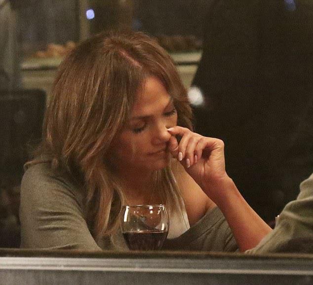 """Masada burnunu karıştırmaya başlayan Jennifer Lopez görüntülendiğinden bihaberdi.  <a href=  http://mahmure.hurriyet.com.tr/foto/magazin/unlu-sinema-yildizlarinin-ilginc-dini-tercihleri_42772 style=""""color:red; font:bold 11pt arial; text-decoration:none;""""  target=""""_blank"""">  Ünlü Sinema Yıldızlarının İlginç Dini Tercihleri"""