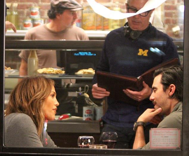 """Peter  Segal'in yönetmenliğini üstlendiği komedi türündeki """"Second Act"""" filminde Jennifer Lopez başrolü Milo Ventimiglia ile paylaşıyor.  Filmin 2018'in son aylarında vizyona girmesi planlanıyor.  <a href=  http://mahmure.hurriyet.com.tr/foto/magazin/gercege-donen-set-asklari_42677 style=""""color:red; font:bold 11pt arial; text-decoration:none;""""  target=""""_blank"""">  Gerçeğe Dönen Set Aşkları"""