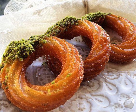 HALKA TATLISI  Bir tatlı düşünün dünyanın en basit tarifi ama en lezzetli şerbetlisi. Aniden bastıran şeker ihtiyacı ve bol enerji ihtiyacı için İstanbul köşelerinde sizi bekliyor.