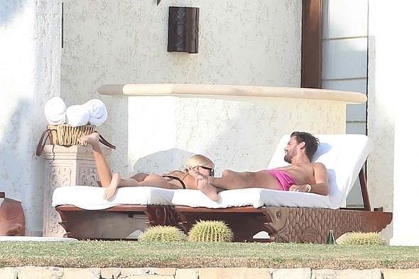 """Bir aydır birlikte olduklarını bildiğimiz çift şu sıralar Meksika, Los Cobos'ta tatilde. Villa kiralayan ikili güneşlenirken bir yandan da sohbet ettiler.  <a href=  http://mahmure.hurriyet.com.tr/foto/magazin/unlu-sinema-yildizlarinin-ilginc-dini-tercihleri_42772 style=""""color:red; font:bold 11pt arial; text-decoration:none;""""  target=""""_blank"""">  Ünlü Sinema Yıldızlarının İlginç Dini Tercihleri"""