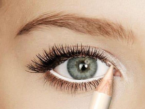 8-Gözünüzün içine beyaz kalem çekin. Bu siyah rengi ön plana çıkaracak ve göz bebeklerinizin daha da büyük görünmesini sağlayacaktır.