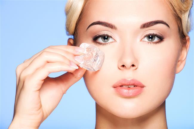 1-Gözler yorgunluğu belli eder. Bundan dolayı ilk önce gözlerinizin çevresini sakinleştirin ve şişlikleri giderin. Biraz buz masajı ve özel maskeler yardımcı olacaktır.