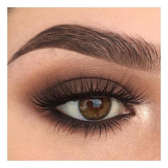 9-Son olarak göz kapağınızın kıvrım yerlerini vurgulamak için kahverengi far ya da koyu renkli bir far ile gölgelendirin. Size bakan bir daha gözlerinizden ayrılamayacak.