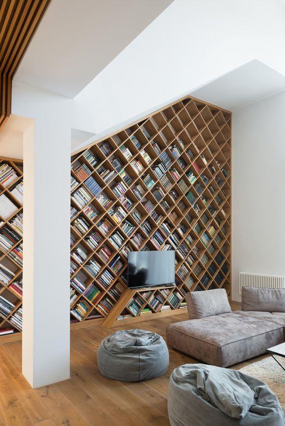 Geniş metrekarelere sahip modern evlerde, duvara dayanan dev kütüphaneler ya da mekanı bölen bir tasarım kitaplık tercih edebilirsiniz.