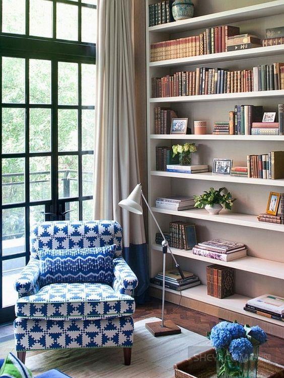Gün geçtikçe sayısı artan kitaplarınızı yerleştirirken kitap türü, boyutları gibi ayrıntıları da göz önünde bulundurmalısınız. Kitaplığın kapladığı yerin genişliğini de evinizin metrekaresine uygun olmalıdır.