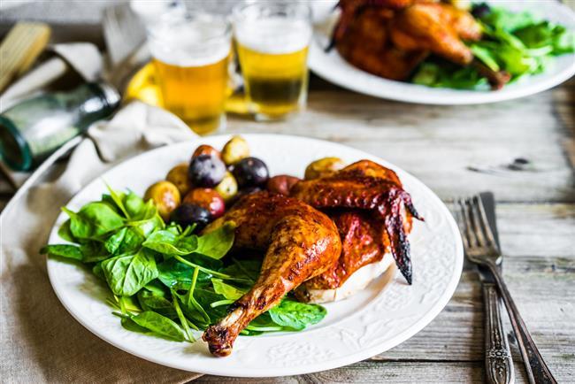 Öğle yemeği:  İyi bir kahvaltıdan sonra öğle öğününde protein ağırlıklı bir öğün tercih edilmelidir. Menüde et, tavuk ve ızgara balık olabileceği gibi kuru fasulye, nohut ve mercimek gibi seçenekler de tercih edilebilir. Ana yemeğin yanında az çorba veya az miktarda bulgur pilavı ya da 1-2 dilim iyi tahıllı ekmek tüketilebilir.