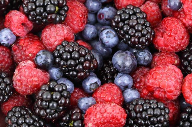 """Kırmızı meyveler:   Antioksidan miktarı yüksek besinlerdir. Kızılcık, pembe greyfurt, pancar, nar likopen ve antosiyanin içerir ve bazı kanser ve kalp hastalıklarına karşı da koruyucudur.  <a href=  http://mahmure.hurriyet.com.tr/foto/saglik/mandalina-kabugu-ve-inanilmaz-faydalari_42747 style=""""color:red; font:bold 11pt arial; text-decoration:none;""""  target=""""_blank"""">  Mandalina Kabuğunu Sakın Çöpe Atmayın!"""