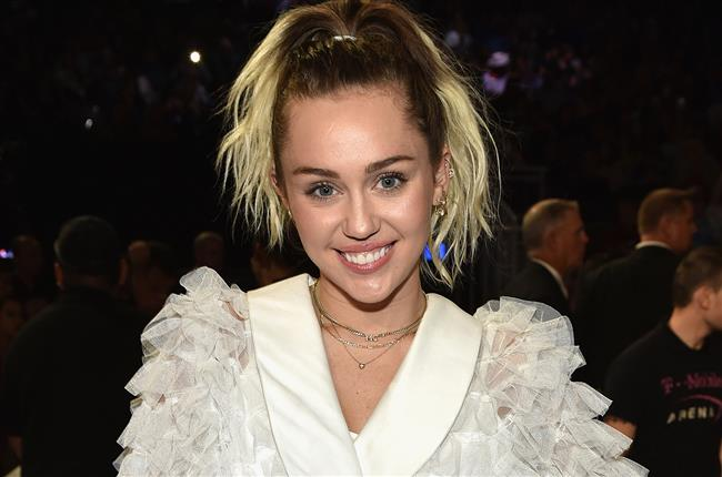 "Miley Cyrus  <a href=  http://mahmure.hurriyet.com.tr/foto/magazin/unlu-sinema-yildizlarinin-ilginc-dini-tercihleri_42772 style=""color:red; font:bold 11pt arial; text-decoration:none;""  target=""_blank"">  Ünlü Sinema Yıldızlarının İlginç Dini Tercihleri"