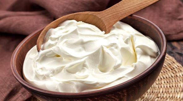 Yoğurt  Yemeklerden sonra yediğiniz yoğurt, içerdiği aktif kültür bakteriler sayesinde mide enzimlerinizi hareketlendirir ve daha çabuk sindirmenize yardımcı olur. Eğer bir yoğurt severseniz her yemekten sonra az miktarda yemenizi tavsiye ederiz.