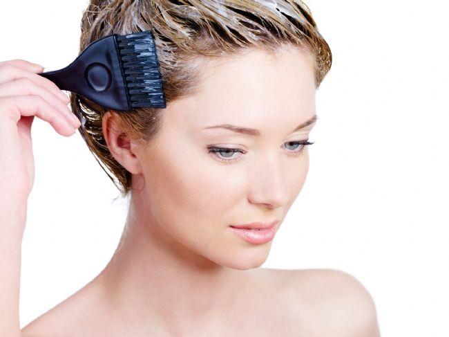 Saçınızı kendiniz evde boyamaya karar verdiyseniz birkaç sorunun cevabını önceden bilmeniz gerekiyor. Marketlerde bulabileceğiniz bol çeşitli ürünlerden en doğrusunu seçebilmeniz için bazı tavsiyelerimiz var.  Kaynak Fotoğraflar:Hürriyet Arşiv
