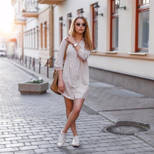 Gömlek elbiseler  Son derece rahat bir kullanım ve bir o kadar da şık bir görüntü sunan gömlek elbiseler gladyatör sandaletlerden, spor ayakkabılara, babetlerden yüksek topuklara her türlü ayakkabıyla kombinleyeceğiniz ve her kombinde farklı bir hava yakalayabileceğiniz seçeneklerdir. Üstelik kollarını kıvırabildiğiniz gömlek elbiseleri farklı mevsim koşularında da rahatça giyinebilirsiniz. Dayanıklı polyester kumaşları da tercih ettiğinizde ütü problemi de yaşamadan rahatça kullanılabilecek vazgeçilmez elbiselerdir.