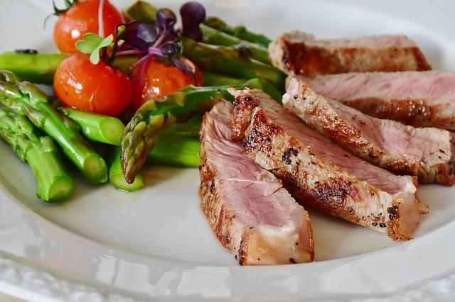 Et, ekmek, tahıl, süt ve yoğurt, sebze, meyve, sağlıklı yağlar ve kuruyemişler her gün düzenli ve ölçülü şekilde tüketilmeli.