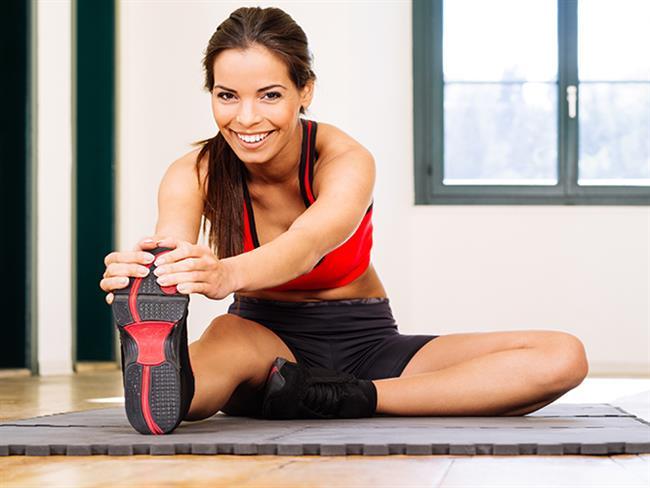 """Egzersiz  Egzersizin önemini her türlü içeriğimizde sık sık vurguluyoruz. Çünkü sağlıklı bir yaşamın anahtarı hareketli olmak. Bu nedenle adet öncesi sendromunu da en aza indirmek için haftada en az 4-5 defa fiziksel bir aktivitede bulunmanız gerekir. Düzenli egzersiz kilo dengenizi koruduğu gibi ruhsal dengenizi de korur. Bu nedenle haftanın her günü hafif egzersizler yapın ve birkaç gün bu egzersizlerin ağırlığını arttırın. Bir günü ise kaslarınızı güçlendirmeye ayırın. Regl döneminde bile yapacağınız hafif egzersizler ağrılarınızı ve yorgunluğunuzu dindirmekte etkili olacaktır.   <a href=  http://mahmure.hurriyet.com.tr/foto/magazin/spor-yapan-unluler_42694 style=""""color:red; font:bold 11pt arial; text-decoration:none;""""  target=""""_blank"""">  Spor Yapan Ünlüler"""