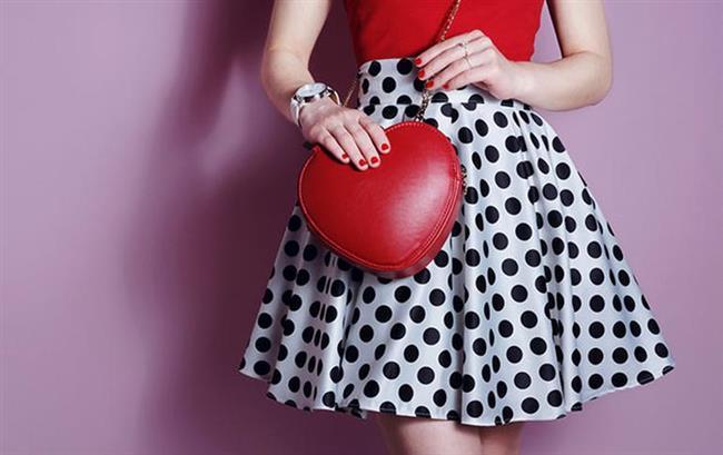 """Romantik elbiseler  Romantik elbiseler derken çiçekli ya da narin desenli kumaşlardan, efil efil uçuşan şifonlardan bahsediyoruz. Özellikle baharın ve yazın en güzel parçalarından biri olan bu elbiseleri tamamlayacak çanta seçimi çok önemlidir. Kesinlikle en iyi seçeneklerden biri uzun saplı küçük çantalardır. Bu tip çantaları ister boynunuza çapraz geçirin, ister omuzunuzdan aşağı sarkıtın her türlü en iyi şekilde elbisenizi tamamlarlar.  <a href=  http://mahmure.hurriyet.com.tr/foto/magazin/unlulerin-zayiflama-sirlari_42706 style=""""color:red; font:bold 11pt arial; text-decoration:none;""""  target=""""_blank"""">  Ünlülerin Zayıflama Sırları"""