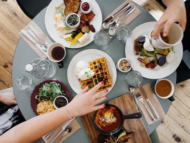 """Akşam 6'dan sonra yemeği kesmek zorunda hissetmeyin   Her bireyin yaşam tarzı farklıdır. Sabah uyanma, iş saatleri ve akşam uyuma düzeni değişkendir. Kilo vermek için önemli olan ne zaman yemek yenildiği değil ne kadar miktarda besin tüketildiği ve ne kadar fiziksel aktivite ile bunun yakılabildiğidir. Burada dikkat edilmesi gereken, yatış saatinden 3 saat önce akşam yemeği ve 2 saat öncesi ara öğün saatinin bitirilmesi gerektiğidir. Diyetler bireye özgüdür ve onun günlük yaşantısına uyum sağlamalıdır.   <a href= http://mahmure.hurriyet.com.tr/foto/saglik/saglik-kalkani-baharatlar_42773 style=""""color:red; font:bold 11pt arial; text-decoration:none;""""  target=""""_blank""""> Sağlık Kalkanı Baharatlar"""