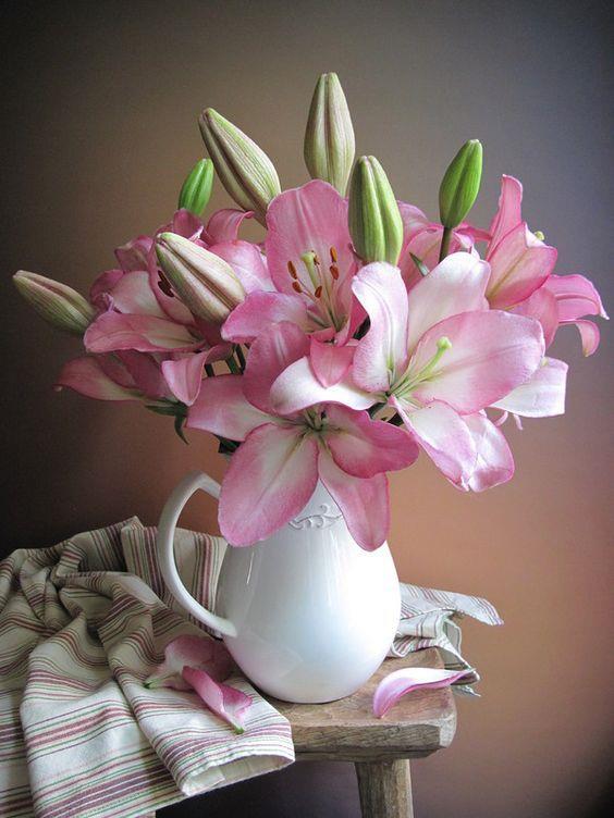 Çiçekler  Canlı ve cansız olarak kullanabileceğiniz çiçekler için evinizde bir köşe ayırın.