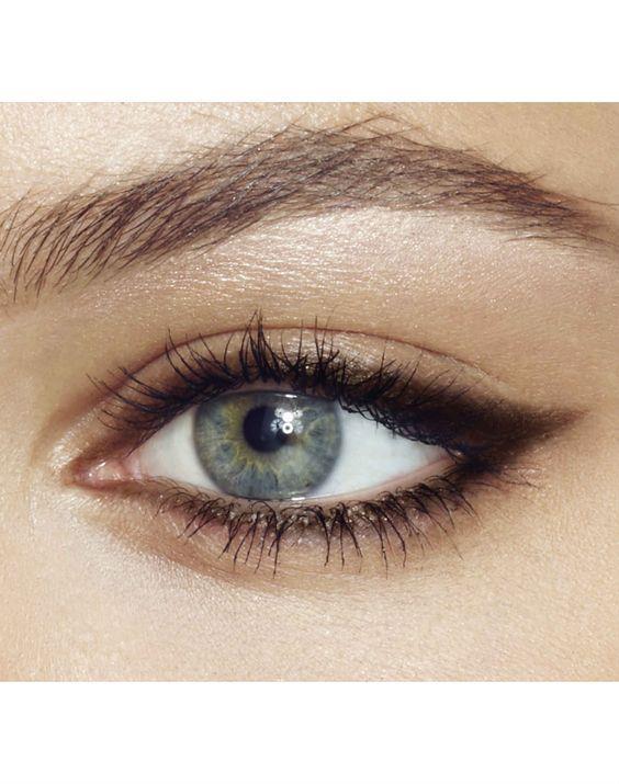 Gözlerinizi belirginleştirin!  Üst kirpik diplerinize kahverengi eyeliner uygulayarak, gözlerinizi olduğundan daha büyük gösterebilirsiniz. Ayrıca kahverengi eyeliner, siyah renk kadar keskin durmayacak.  Gözlerinize canlılık vermek adına rimel sürün. Rimeli özellikle en dıştaki kirpiklere bol sürerek bu canlılığı sağlayabilirsiniz.