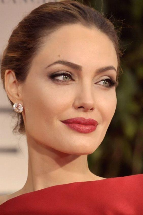 Dudaklarınızı şişirin!  Öncelikle dudaklarınıza dolgunluk veren dudak kremi veya serum sürerek başlamalısınız. Dudakla burun arasındaki çukur kısıma kapatıcı uyguladıktan sonra dudak kalemiyle çizgi çekin. Sürdükten sonra parmak uçlarınızla iyice yedirin.  Alt dudağınızın ortasına dudak parlatıcısı sürerek, dudaklarınıza Angelina Jolie efekti verin. Böylelikle dudaklarınız olduğundan daha güzel görünecek.   Dikkat etmeniz gereken önemli şeylerden birisi de dudaklarınızın mat görünmesidir. Böylelikle dudaklarınız hem doğal görünür hem de ışığı daha az yansıtırlar.  Renk olarak mercan rengi veya aşırıya kaçmayan kırmızı tonlarını kullanabilirsiniz.
