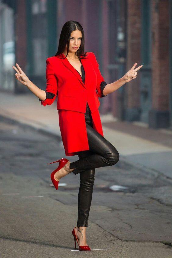 Kırmızı ve zengin  Kırmızı renginin hayatınızda bir yeri olmalıdır. Bu renk iş kıyafetleri size özgüven ve şıklığı bir arada getirecektir. Günün her saati kırmızı ceketleri tercih edebilirsiniz.