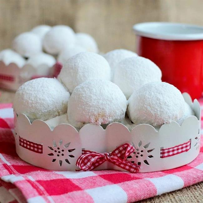 KARTOPU KURABİYE  Malzemeler:  •225 gram oda ısısında yumuşamış tereyağı  •Yarım su bardağı pudra şekeri  •1/4 su bardağı mısır nişastası  •Bir çimdik tuz  •2 adet limonun rendelenmiş kabuğu (rendenin ince tarafıyla rendelenmiş)  •1 çay kaşı vanilya  •2 tatlı kaşığı limon aroması (koymasanız da olur, ama lütfen limon aromasının yerine limon suyu koymayın)  •70 gram küçük doğranmış tuzsuz badem  •Aldığı kadar un (yumuşak bir hamur olacak)  •Üzerine serpmek için 1 su bardağına yakın pudra şekeri  Tarif:  •Bir kapta elenmiş nişasta, un ve tuzu karıştırın.  •Başka bir kapta tereyağı ve pudra şekerini 2 dakika çırpın.  •Limon kabuğu rendesi, vanilya, limon aroması ve ufak ufak doğranmış bademi ekleyin.  •En son unlu karışımı da ekleyerek, sadece karışana kadar çırpın.  •Hamuru streç filme sararak 30 dakika buzdolabında dinlendirin.  •Fırını 180 derecede ısıtın.  •Hamuru çıkartıp bir çorba kaşığı kadar alarak elinizde yuvarlayın ve aralarda biraz boşluk bırakarak tepsilere dizin.  •Tüm hamur için aynı işlemi tekrarlayın.  •Fırında 17 dakika pişirin.  •Fırından çıkan kurabiyeleri ılıdıktan sonra bol pudra şekerine bulayın.  •Kapalı bir kutuda oda sıcaklığında muhafaza edebilirsiniz.  •Not: Pişirme süresi fırından fırına değişebilir lütfen kontrollü bir şekilde pişirin. (Ben 22 dakika pişirdim.)  •Kurabiyelerin altları kızarmışsa fırından almalısınız.  •Kurabiyede kabartma tozu olmamasına rağmen oldukça güzel kabarıyor bilginiz olsun.  Tarif: Pembecupcake.com