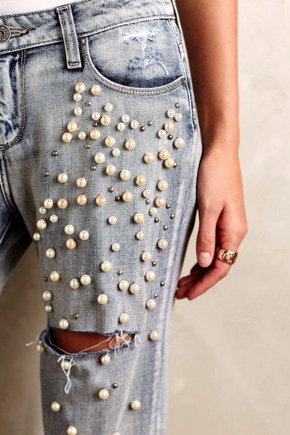 Pantolon Şıklığı  Aynı şekilde pantolonlarda da dikkatleri üzerine çeken inci detayları bu sene çok konuşulacaklar arasında.