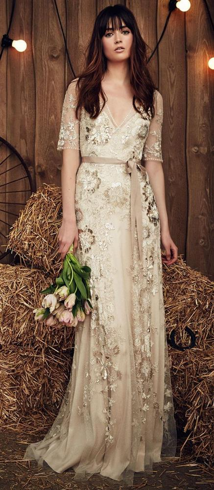Gelinliklerde  Bir çok kadının hayali olan düğün gününün en harika parçası şüphesiz ki giydiği gelinliktir. Bu senenin trendi olan inciler gelinlikleri de süslemeyi unutmadı.